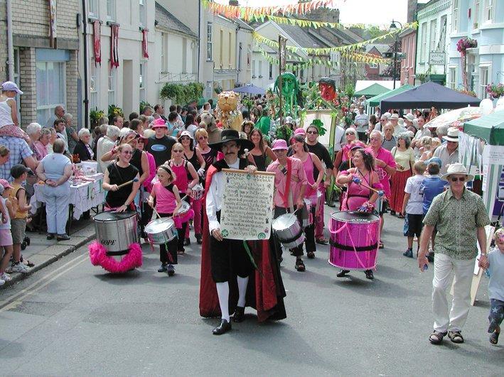 The Annual Pilton Green Man Festival Parade reaches Pilton Street in 2005